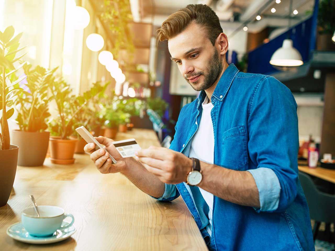 Online klant betaalt via zijn smartphone